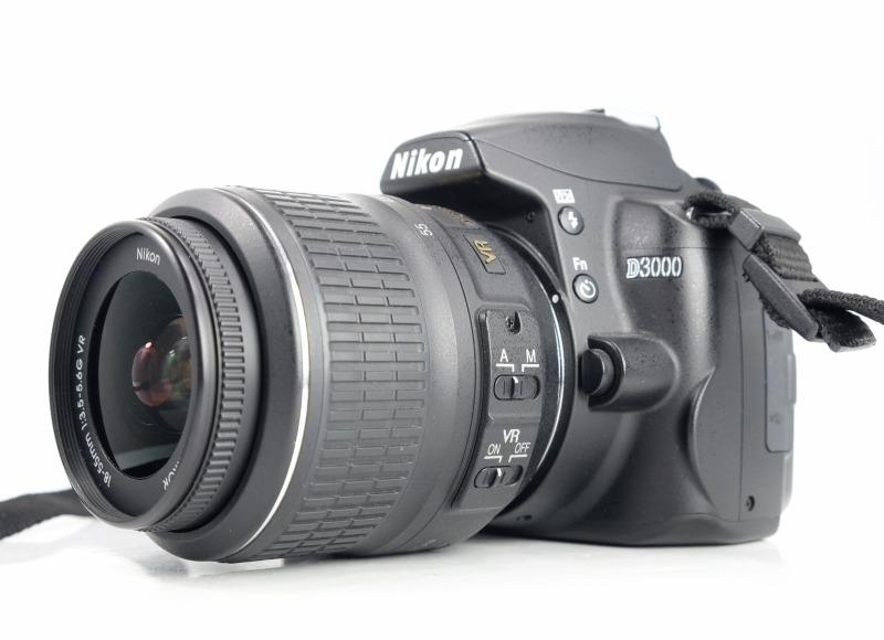 Nikon D3000 + Nikon 18-55mm AFS VR  TOP STAV